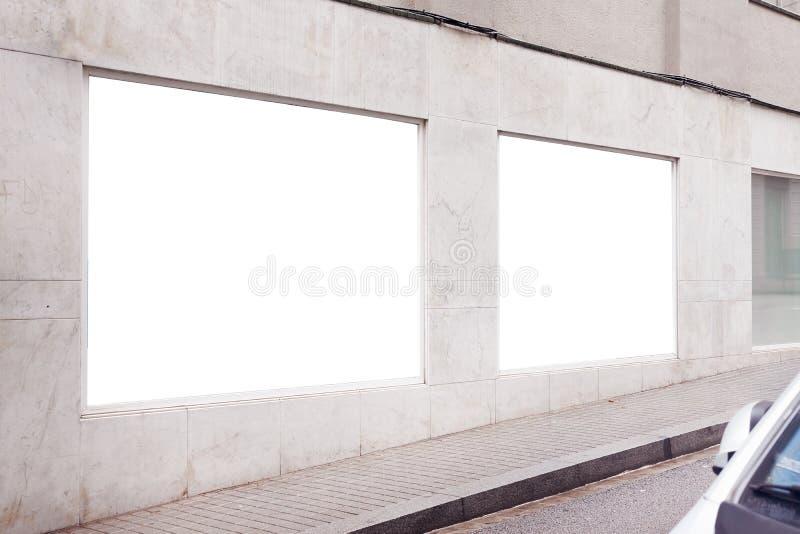 Tom vit annonserande stads- affisch på en vägg utanför på vit konkret byggnad, utrymme för designorientering royaltyfri bild