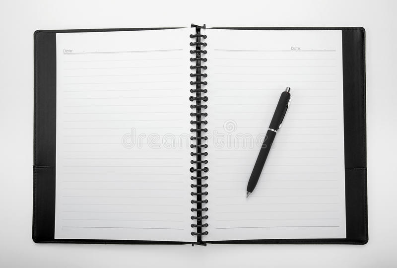Tom vit anteckningsbok med en penna royaltyfri bild