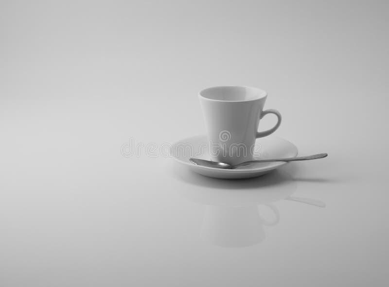Tom vit kopp som reflekterar i vit yttersida på vit bakgrund royaltyfria bilder