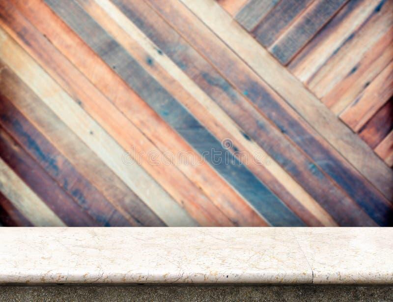 Tom vit marmortabell på träväggen för suddig blek planka i lodisar royaltyfri bild