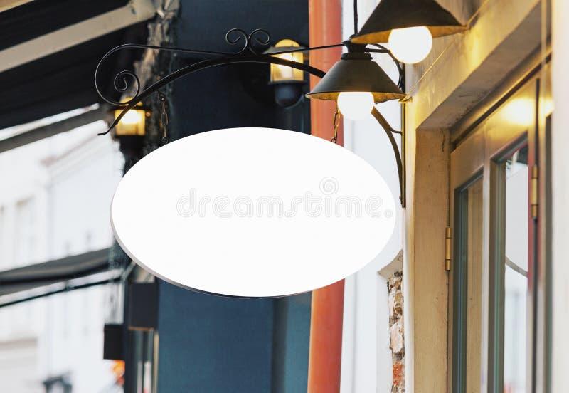 Tom vit restaurangsignagemodell med kopieringsutrymme arkivfoto