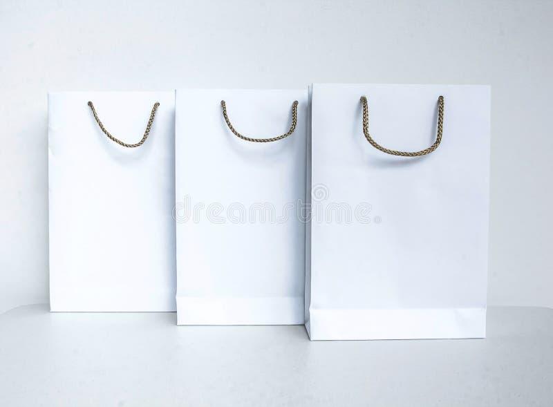 Tom vit shoppingpåse med grå hanking för rep som isoleras på whit royaltyfri fotografi