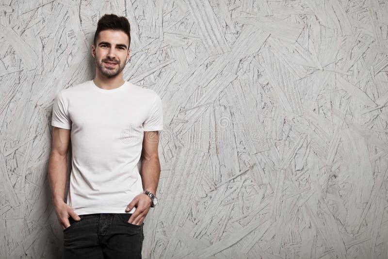 Tom vit t-skjorta på kropp för man` s royaltyfria bilder