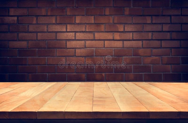Tom wood tabellöverkant med brun bakgrund för tegelstenvägg royaltyfri bild