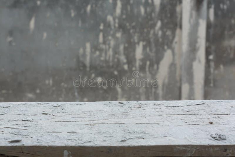 Tom wood tabell med bakgrund för cementmortelvägg royaltyfria foton