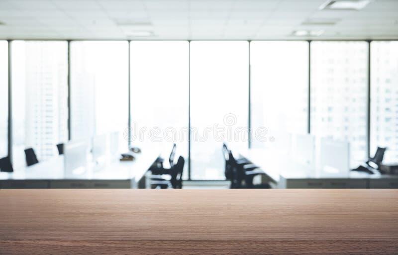 Tom wood tabell med sikt för suddighetsrumkontor och fönsterstads royaltyfri fotografi