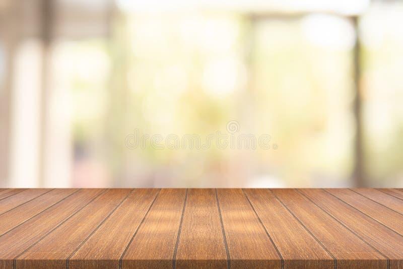 Tom wood tabell på suddigt bakgrundskopieringsutrymme för montageyo royaltyfri fotografi