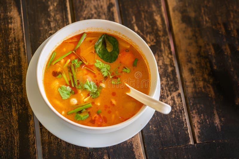 Tom Yam Kung thailändsk kokkonst P? en tr?tabell b?sta sikt royaltyfri bild
