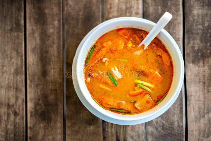 Tom Yam Kung thailändsk kokkonst P? en tr?tabell b?sta sikt arkivbilder