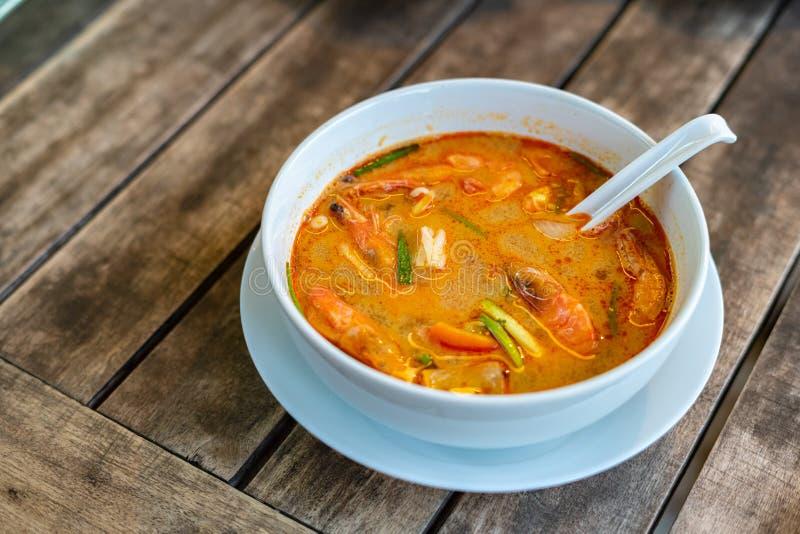 Tom Yam Kung thailändsk kokkonst P? en tr?tabell arkivfoto