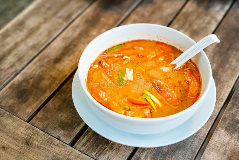 Tom Yam Kung thailändsk kokkonst P? en tr?tabell arkivbilder