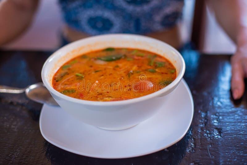 Tom Yam-kung w?rzige thail?ndische Suppe mit Garnelen-, Meeresfr?chte-, Kokosmilch- und Paprikapfeffer in der Sch?ssel kopieren R lizenzfreie stockbilder