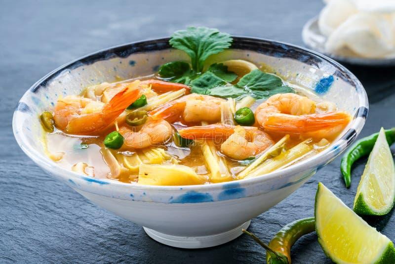 Tom yum - καυτή και ξινή σούπα με τις γαρίδες στοκ φωτογραφία