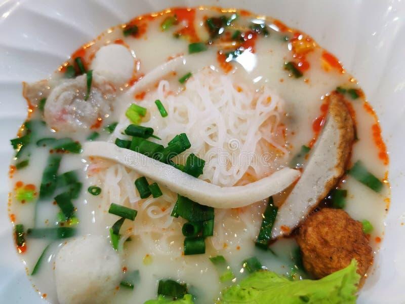 Tom Yum Fish Noodles in einer Schale lizenzfreie stockfotografie