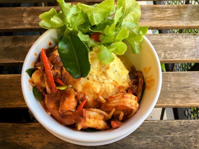 Tom Yum Fried Rice mit Garnele lizenzfreies stockfoto