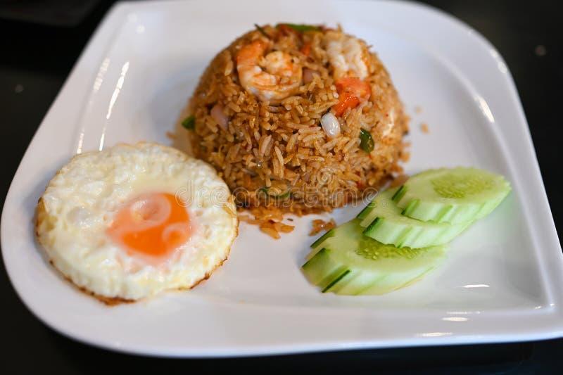 Tom Yum Fried Rice mit Garnelen, Spiegelei und Gemüse lizenzfreie stockfotos