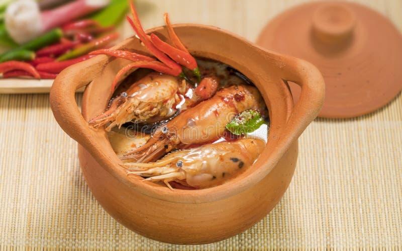 Tom Yum Goong in cucina tailandese tradizionale dell'alimento della minestra piccante del vaso di argilla in Tailandia sul fondo  immagine stock