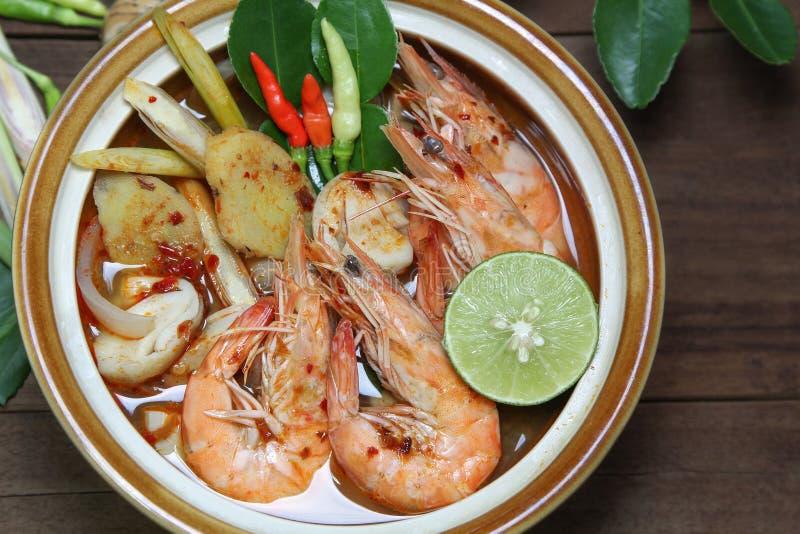 Tom Yum Goong despeja la sopa en la sopa tailandesa de madera del fondo, caliente y amarga, comida imagen de archivo libre de regalías