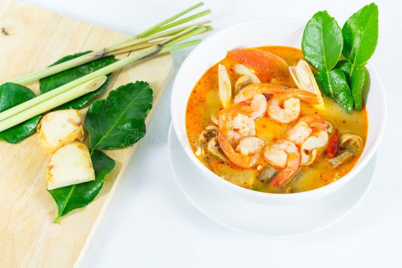 Tom Yum Goong - sopa quente e picante tailandesa com camarão - Cuisi tailandês foto de stock