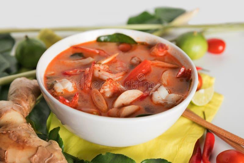 Tom Yum Goong thaïlandais ou soupe épicée à Tom yum avec des crevettes de crevettes roses images stock