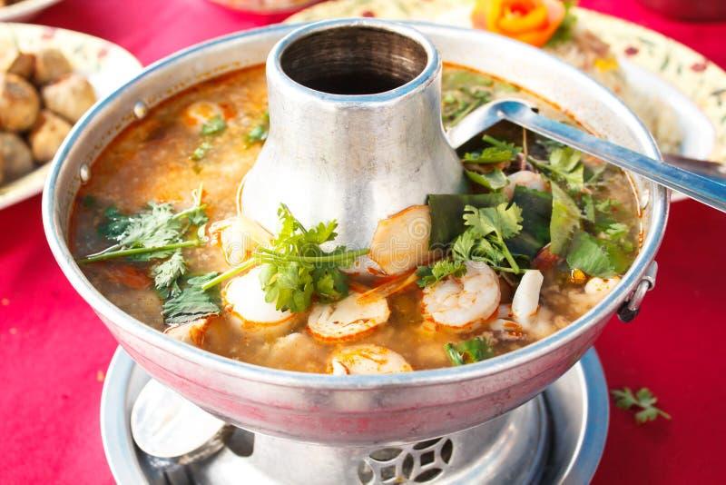 Tom Yum Goong, würzige Suppe mit Garnele in einem heißen Topf lizenzfreies stockbild