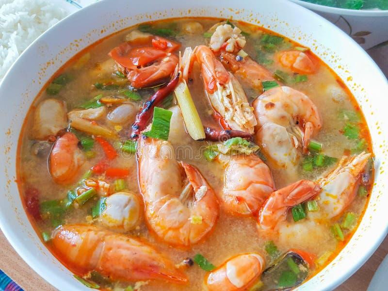 Tom Yum Koong Thai Language caseiro é camarão e nardo imagens de stock royalty free