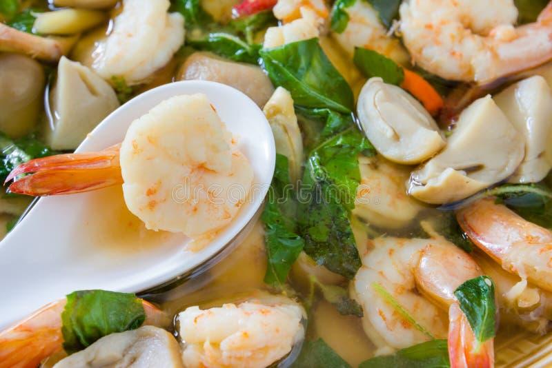 Tom Yum Kung ή πικάντικη σούπα με τις γαρίδες, ταϊλανδική κουζίνα στοκ εικόνες
