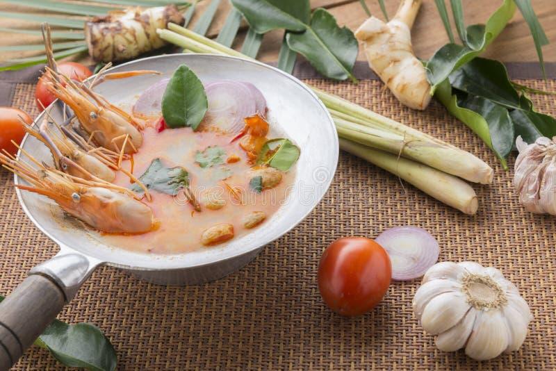 Tom-yum kung oder Tom-Jamswurzel kung ist eine Art heiße und saure famouse Nahrung im Lao und in der thailändischen Suppe, normal stockfotografie