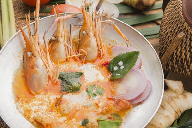 Tom-yum kung oder Tom-Jamswurzel kung ist eine Art heiße und saure famouse Nahrung im Lao und in der thailändischen Suppe, normal lizenzfreies stockfoto
