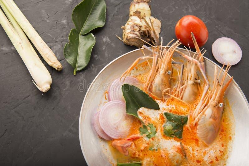 Tom-yum kung oder Tom-Jamswurzel kung ist eine Art heiße und saure famouse Nahrung im Lao und in der thailändischen Suppe, normal stockbilder
