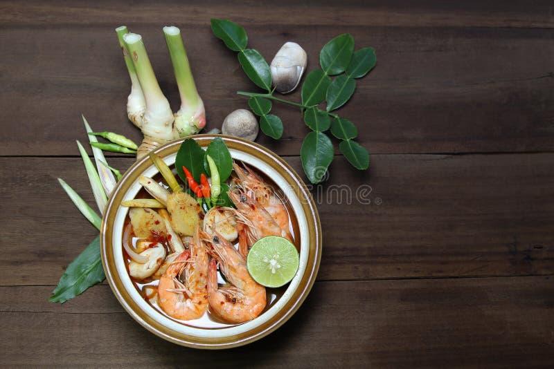 Tom Yum Kung Shrimp despeja la sopa con el ingrediente de la hierba, comida tailandesa, visión superior imagen de archivo libre de regalías