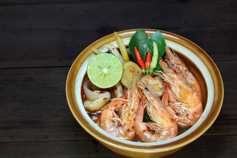 Tom Yum Kung Shrimp despeja la sopa en el fondo de madera, comida tailandesa, cocina imagenes de archivo