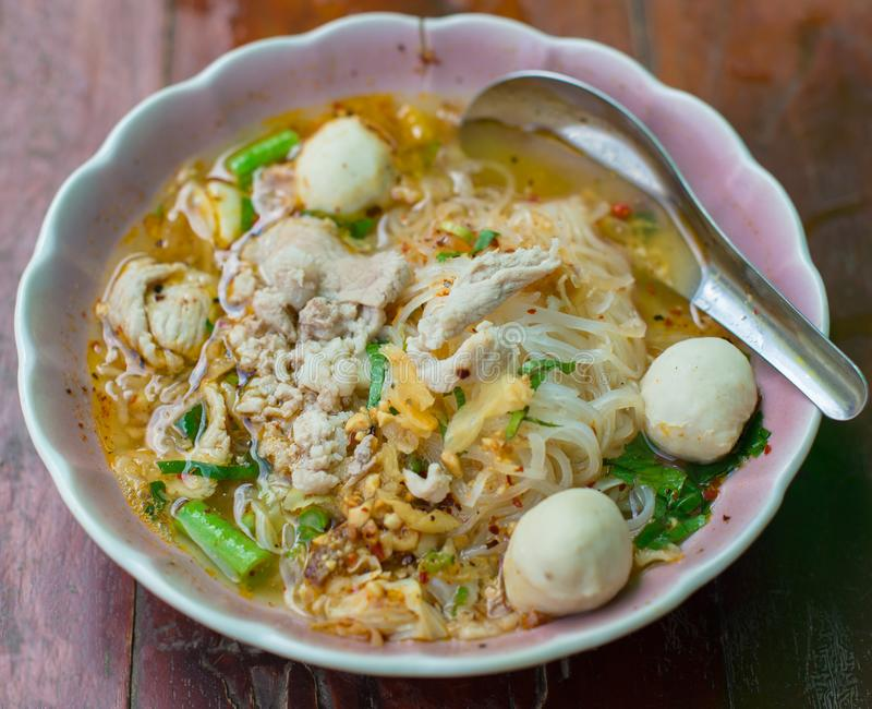 Tom Yum Noodle sur le fond en bois, nourriture asiatique image stock