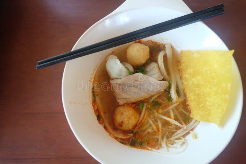 Tom Yum Noodles in einer Schüssel stockfotos