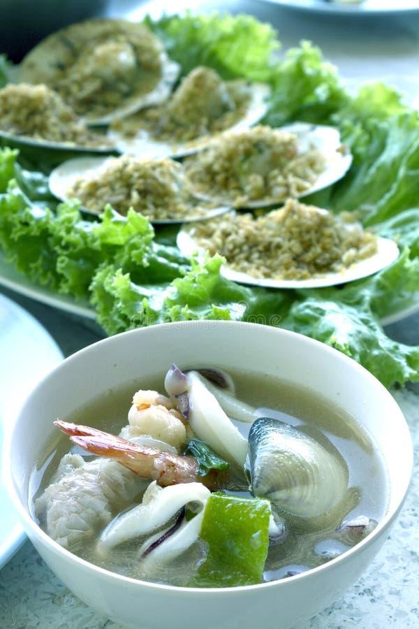 Tom Yum Seafood et festons cuits au four avec du beurre d'ail que la nourriture thaïlandaise ou la cuisine de fruits de mer sont  images stock