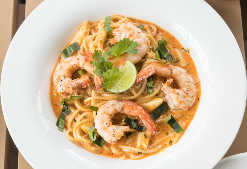 Tom Yum Spaghetti com camarão imagem de stock