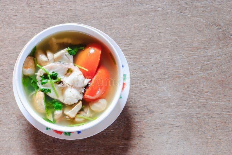 Tom-yum Suppe mit Fischen lizenzfreie stockfotos