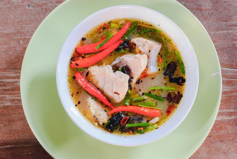 Tom-yum Suppe mit Fischen lizenzfreie stockbilder