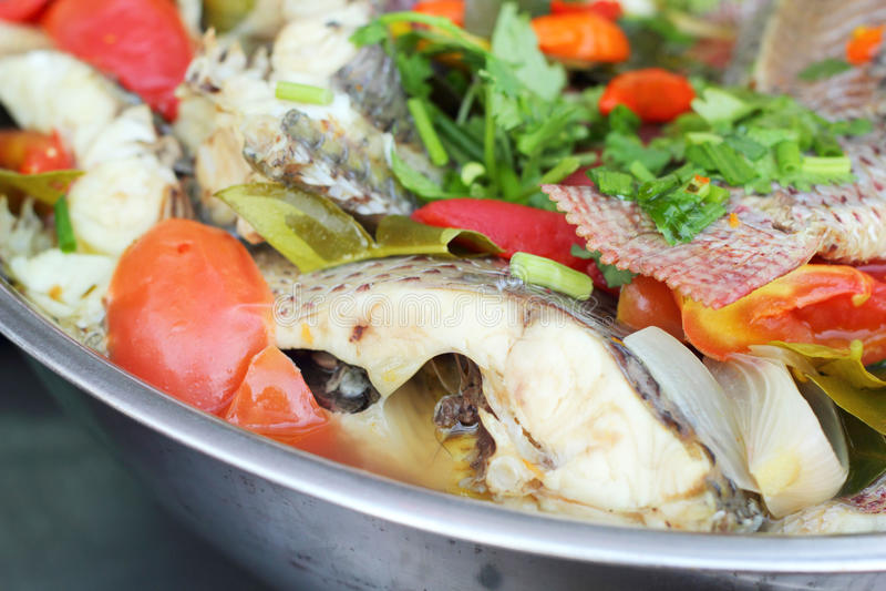 Tom Yum Thai Style - sopa picante con los pescados imagen de archivo libre de regalías