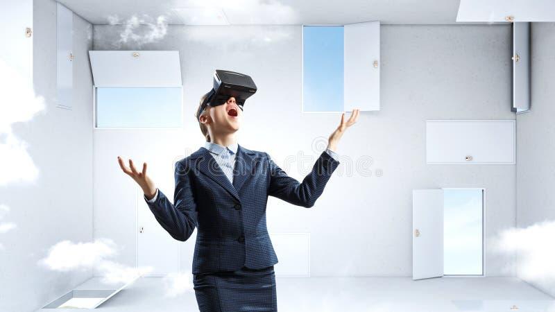 Toma de decisi?n correcta y realidad virtual T?cnicas mixtas imagenes de archivo
