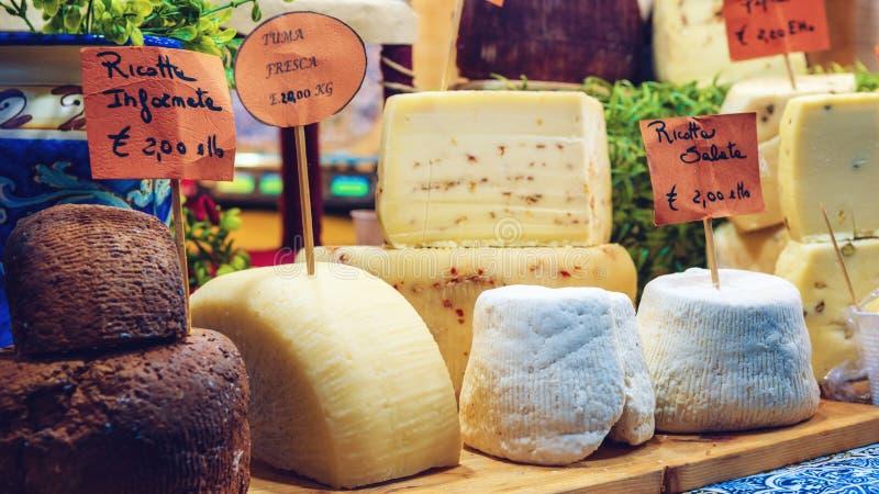 Toma e ricotta freschi, formaggi a pasta dura italiani tradizionali su una stalla del mercato fotografia stock