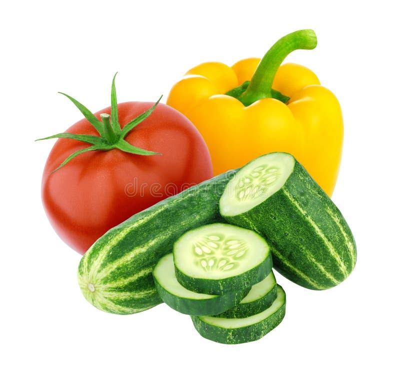 Tomaat, komkommer en paprika op witte achtergrond wordt geïsoleerd die De ingrediënten van de salade stock afbeelding