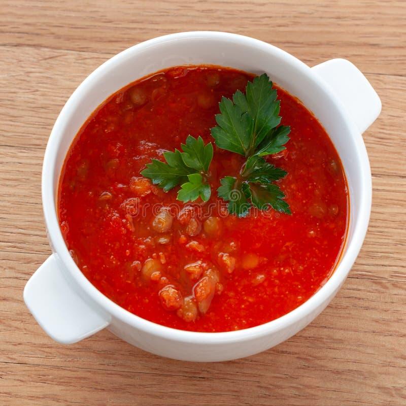 Tomaat-linze soep, met kruiden wordt verfraaid dat Ingrediënten: tomaten in hun eigen sap, linzen, uien, kruiden Vierkant formaat stock foto