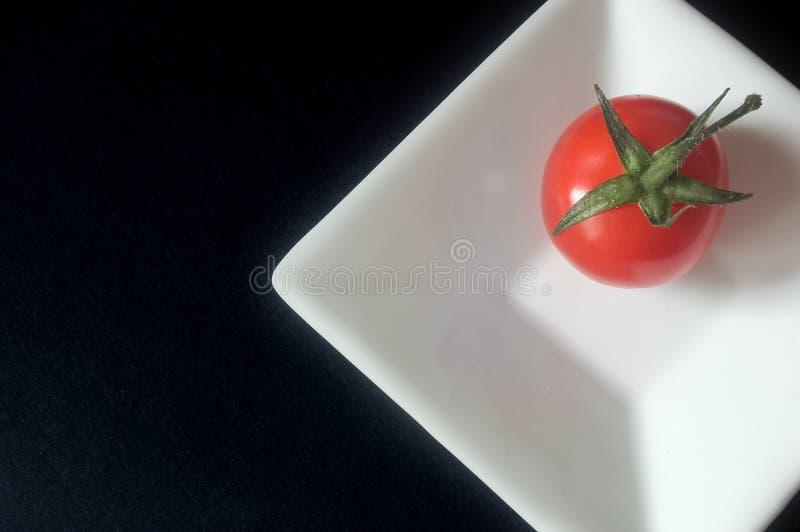 Tomaat op een vierkante schotel stock foto