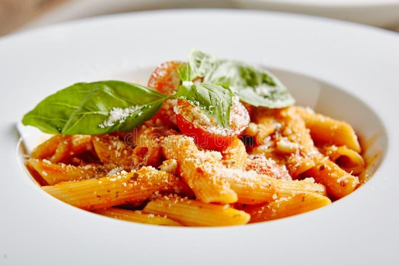 Tomaat Penne Pasta Al Dente met Tomatensaus royalty-vrije stock afbeelding