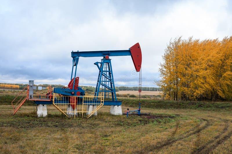 A tomada da bomba de óleo está em campo na estação do outono imagens de stock