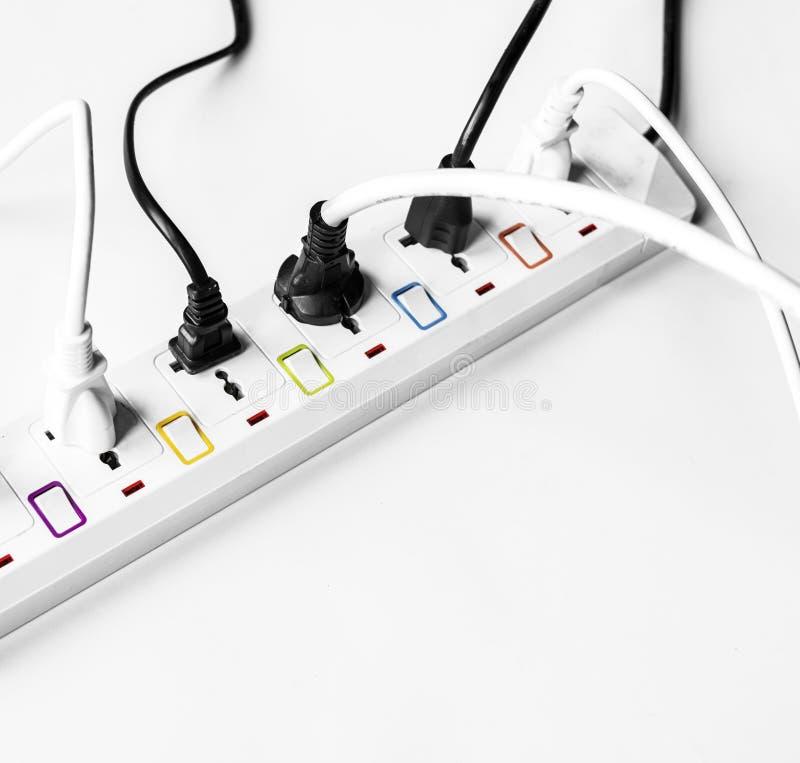Tomada da fonte de alimentação dos elétricos de Fulled isolada no branco foto de stock