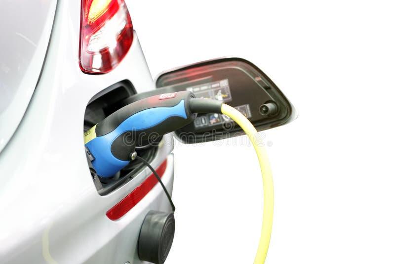 Tomada da fonte elétrica do cabo distribuidor de corrente durante o carregamento no carregamento do veículo elétrico do carro do  fotos de stock royalty free