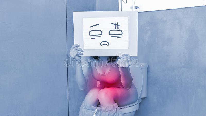 A tomada da mulher confunde o quadro de avisos fotografia de stock