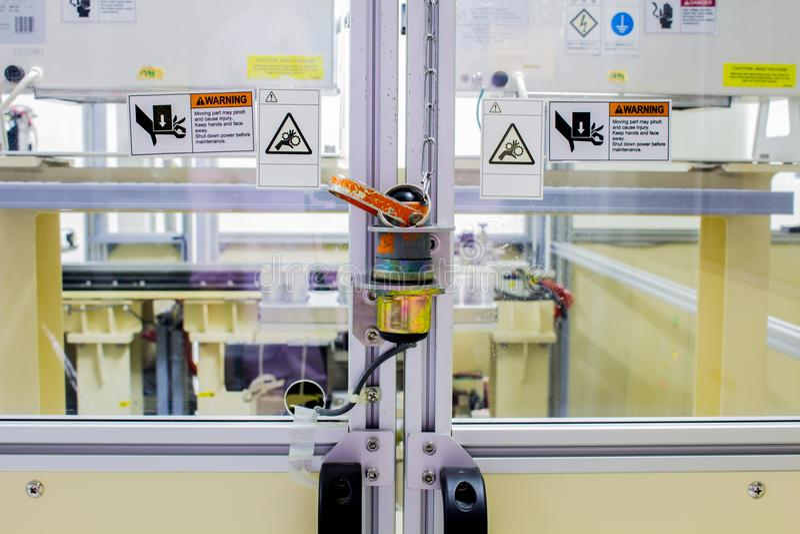 A tomada da segurança na porta da maquinaria da máquina usada no tempo de trabalho fotos de stock
